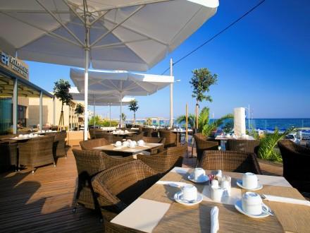 atlantis-hotel-veranda-day